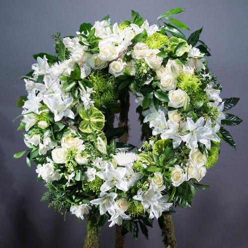 Corona de flores blancas