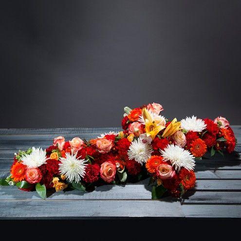 Cruz de flores naranjas