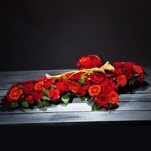 Cruz de flores rojas